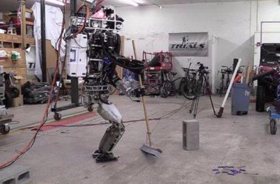 Самого продвинутого человекоподобного робота научили обращаться со шваброй