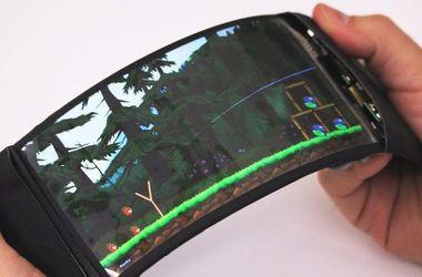 Канадцы презентовали первый в мире гибкий смартфон
