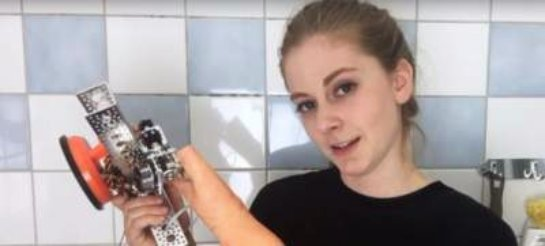 Прославившаяся изобретательница презентовала робота для мытья головы