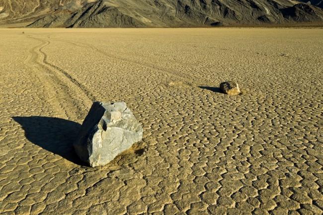 Тайну движущихся камней в долине Смерти до сих пор не удается никому раскрыть