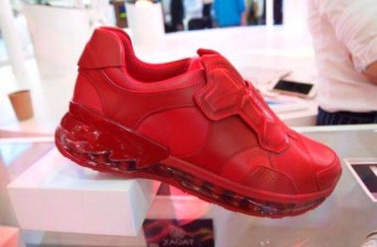На международной технической выставке был показан первый прототип «умных» кроссовок