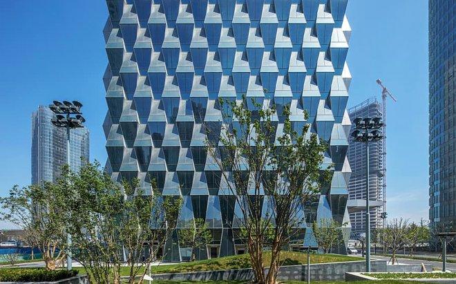 В Пекине построен энергоэффективный небоскреб с фасадом из трапецевидных модулей