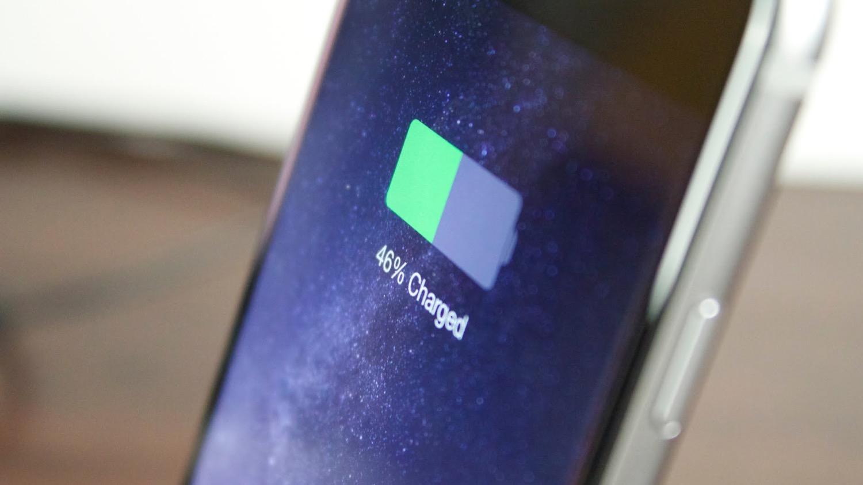 Apple снова тащат в суд из-за технологии зарядки iPhone