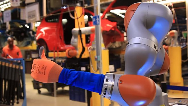 Люди и роботы работают в гармонии друг с другом на автозаводе Ford в Кельне